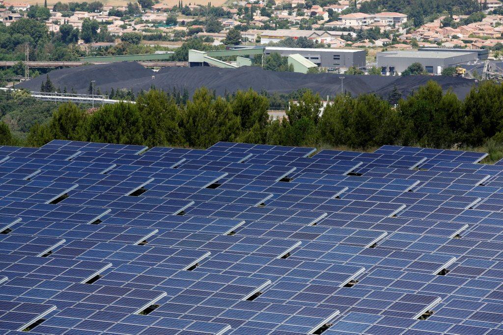彭博新能源財經今年出版的《新能源展望》,分析2022年時,風力與太陽能於全球電力結構的占比將會高過核電。 圖/路透社