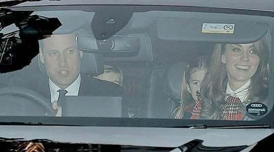 威廉與凱特一家5口駕車前往英國倫敦的白金漢宮,參加女王的聖誕節午餐,坐在後座的3...