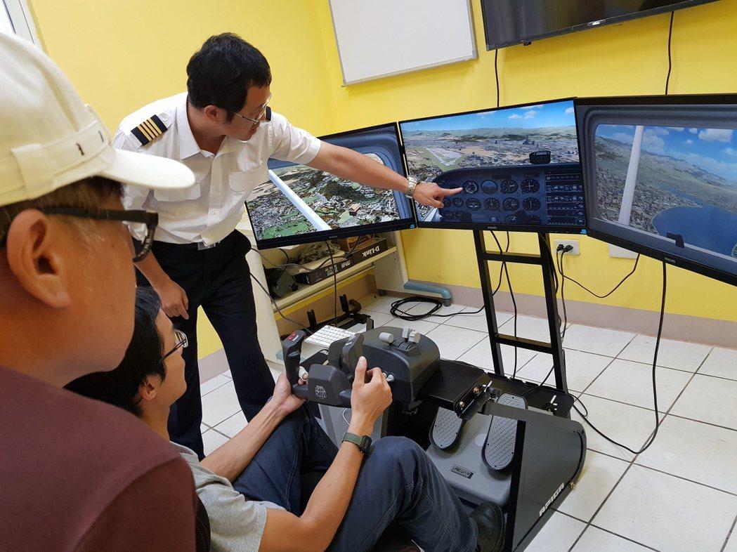 2018年新竹縣,許文志使用MS FS-X模擬飛行帶民眾體驗。