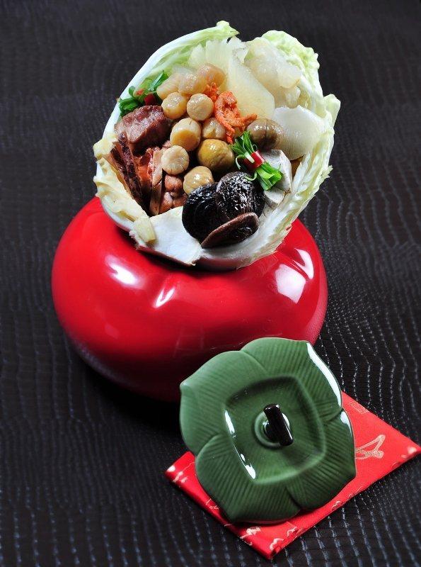 以柿子造型甕盛裝「王朝經典佛跳牆」,象徵事事如意,且湯美料佳,一推出就吸引婆媽搶...