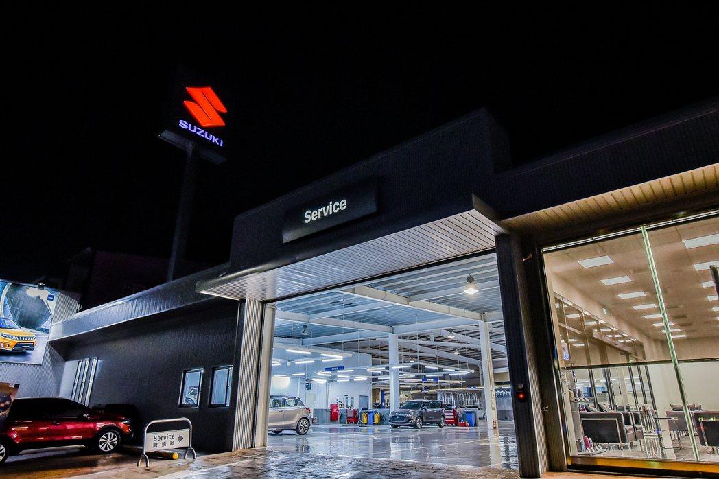 SUZUKI 群峰車業全新4S員林旗艦店外觀夜景。 圖/SUZUKI提供