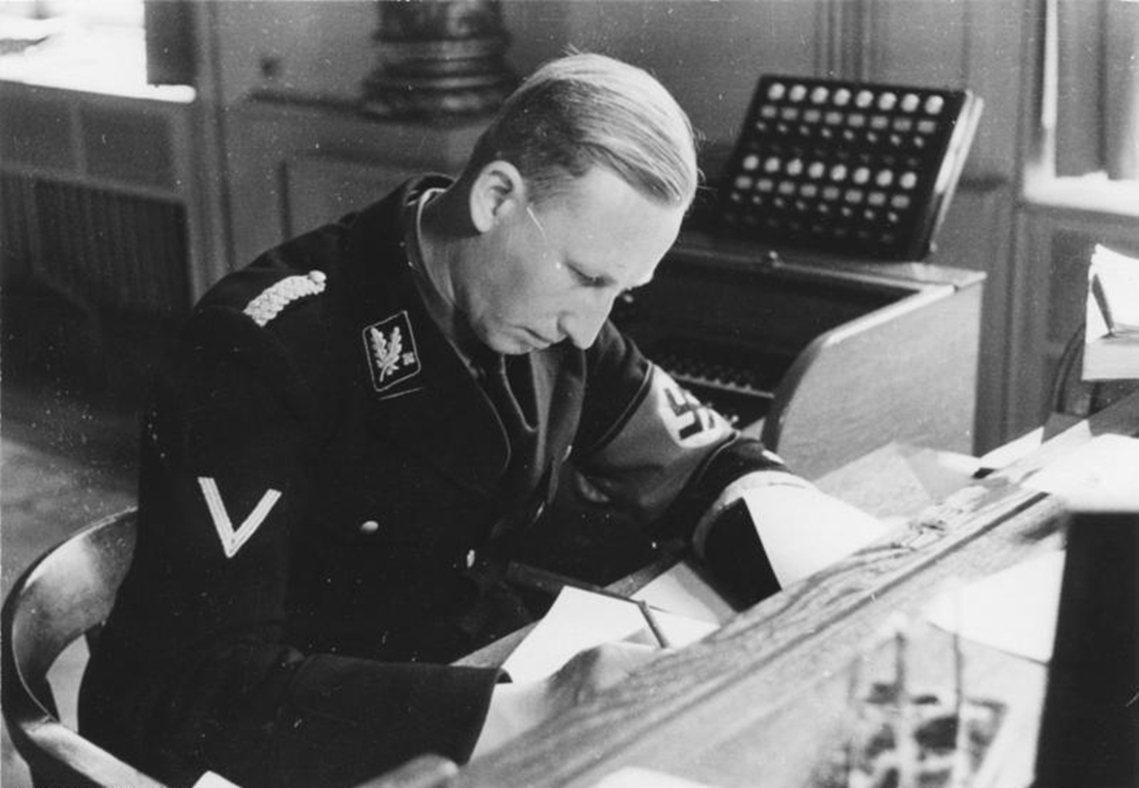 海德里希是成功打入以希特勒、希姆萊(Heinrich Himmler)、戈林(H...