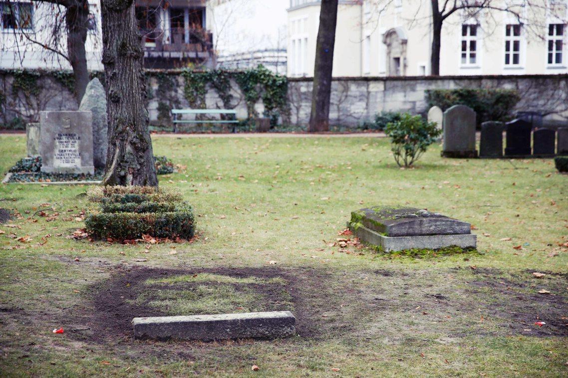 海德里希的墳墓(圖左)遭開挖的神秘案件,12月12日發生在「柏林榮軍公墓」。 圖...