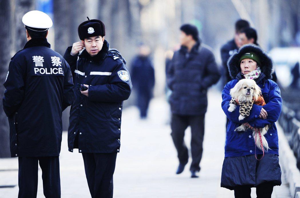 北京的北韓大使館外。實際上中國寵物飼養相關規定的制定紛亂,各省各城市的養犬規定也...
