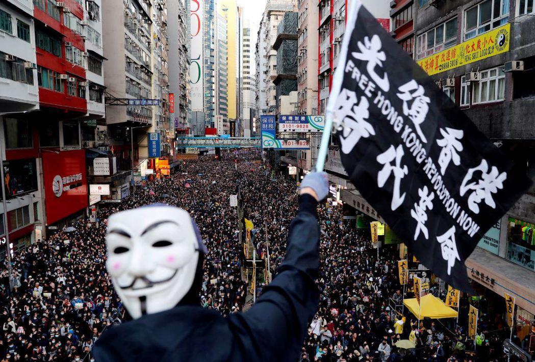 自2019年6月開始由反《逃犯條例》修訂引發的抗爭,打破了香港過去數十年來被視為香港抗爭的行動共識,如對「和理非」的堅持不再被視為必然。 圖/路透社