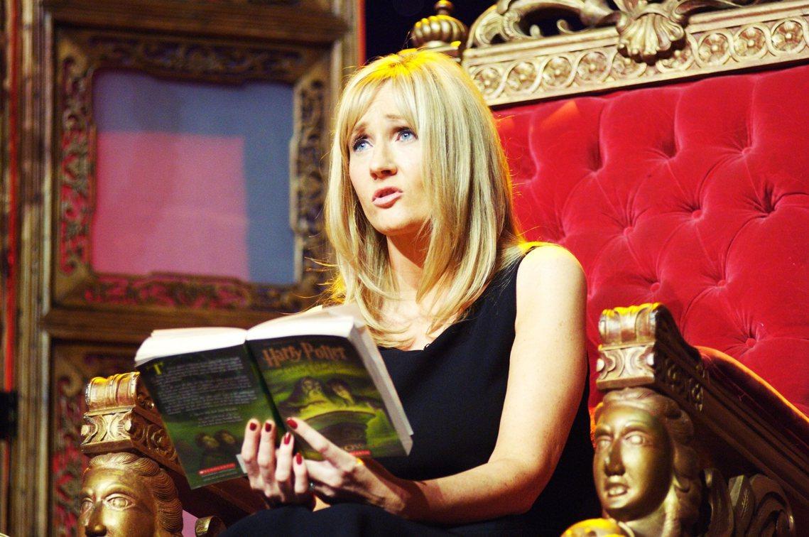 「J.K.羅琳的觀念已經不合時宜。」有《哈利波特》的書迷心情複雜地在Twitte...