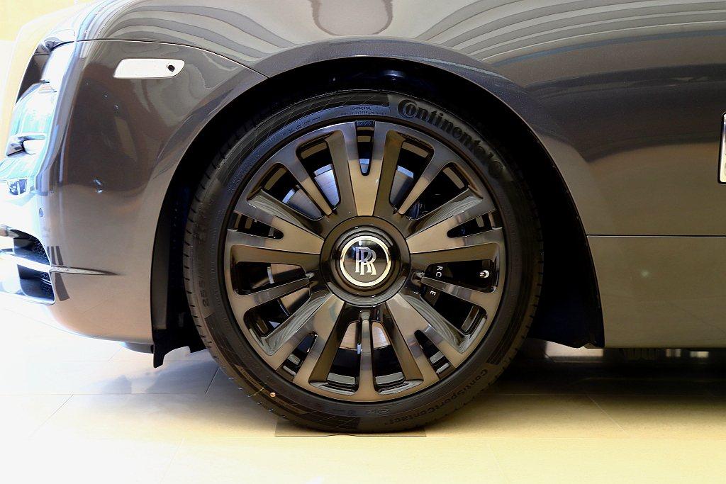 鋁圈使用21吋燻黑處理,創造當代低調奢華美感。 記者張振群/攝影
