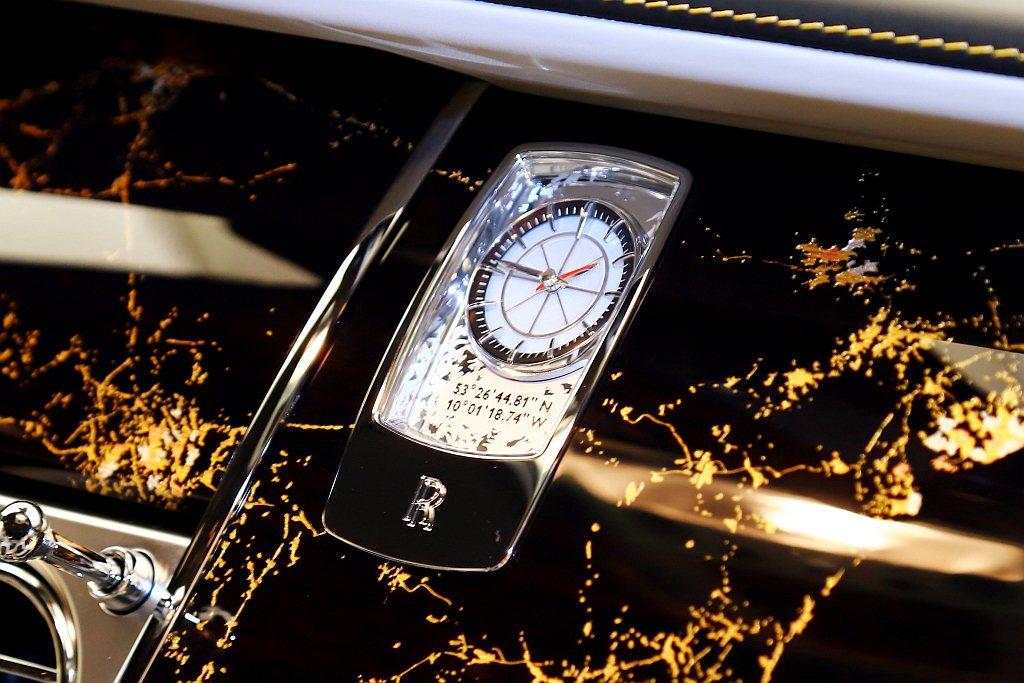 時鐘面上印有當時著陸點的經緯度字樣,表面的圖樣和指針設計則是效仿羅盤的樣貌。 記...
