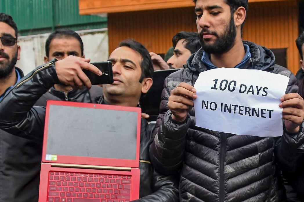 喀什米爾記者在查謨-喀什米爾邦首府斯利那加拿著「斷網100天」標語,抗議印度政府...