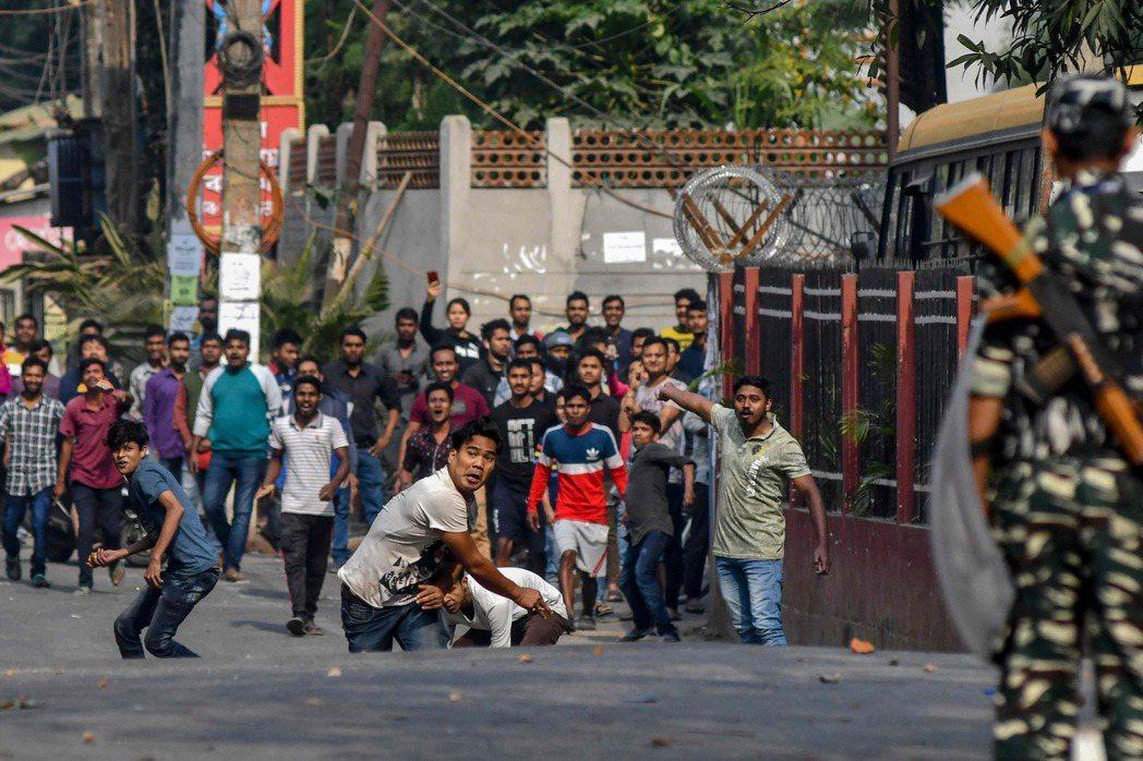 印度上萬民眾上街抗議公民法,警方對空鳴槍警告。 (法新社)