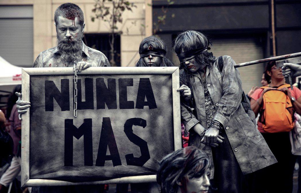 「永遠不再。」ESMA的白色恐怖加害者大審,始於2007年;而透過此一序章的展開...