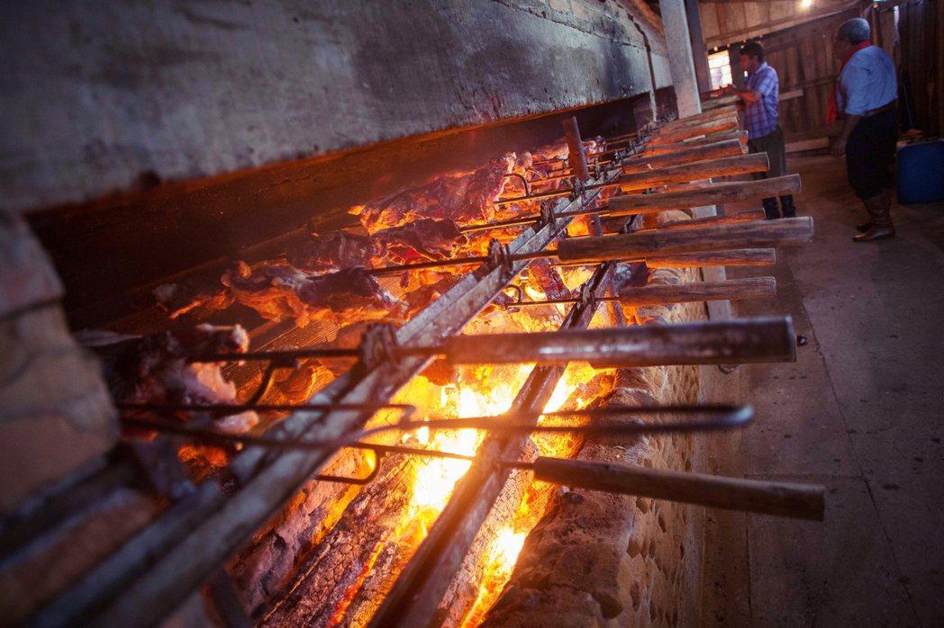 「鐵串烤肉」(Churrasco)指的是在南美洲常見的大塊烤肉;但在政治犯的黑牢...
