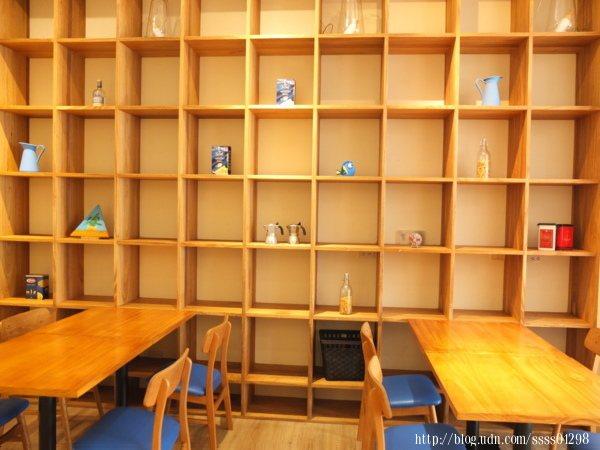 桌位間的距離不會靠太近,設置合適,裝飾展物櫃的設計太有感覺了啦!