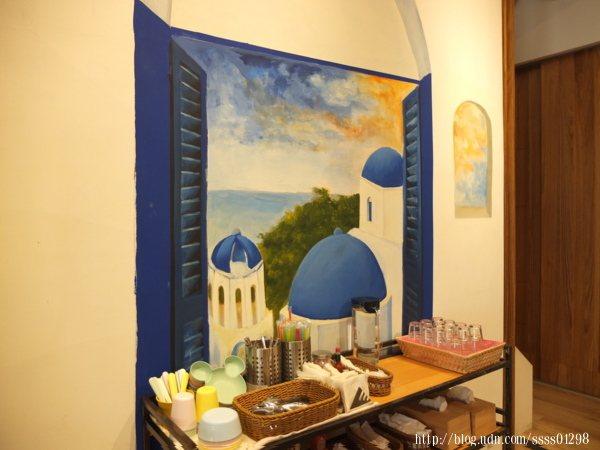 來到自助區拿取餐具時,眼前的希臘風情壁畫同樣吸引我要拍幾張照