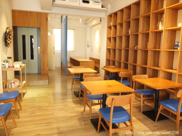 二樓空間也算很大,至少可以容納超過20個人,桌椅間的距離也不會太壓迫