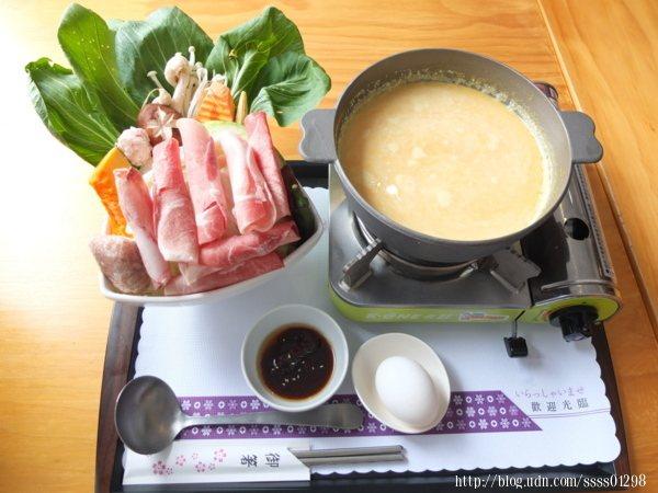 養生南瓜鍋300元,有豬肉、牛肉和魴魚三選一,會附菜盤、蛋、沙茶醬