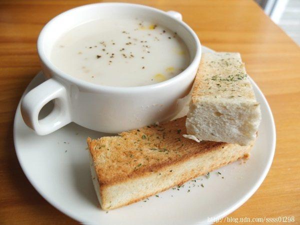 加購90元超值套餐中的主廚濃湯和義式麵包,冷風刺骨的冬天好適合喝熱濃湯