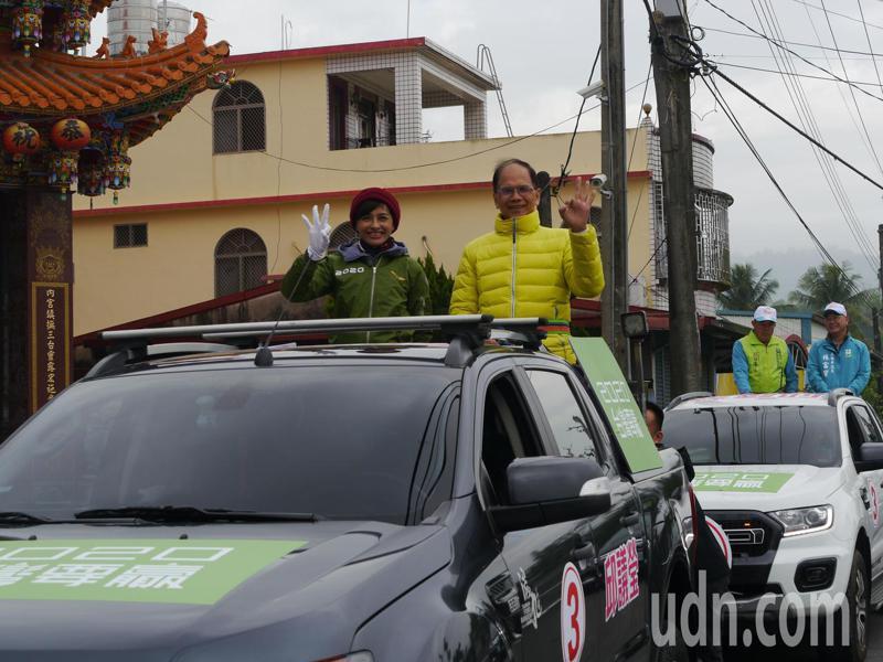 行政院前院長游錫堃(右)陪同高市立委候選人邱議瑩(左)在內門遊街拜票。記者徐白櫻/攝影
