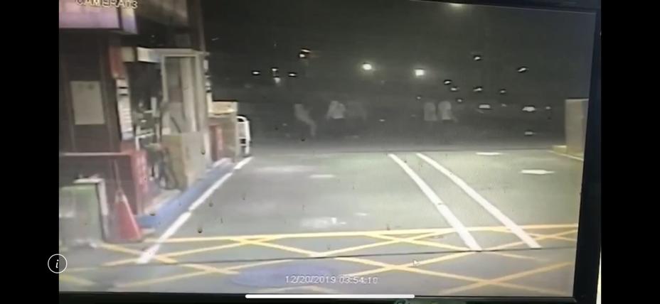 嫌犯分乘2輛汽車包圍被害人,將他強押上車痛毆後再丟下車。記者巫鴻瑋/翻攝
