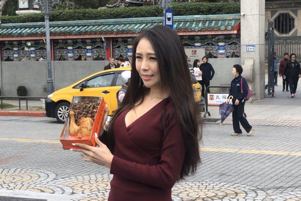 前無双樂團成員麗絲解約離團,龍山寺求事業運喊「解脫」。記者王郁惠/攝影