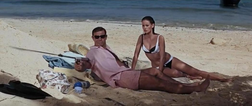 克勞汀奧嘉和史恩康納萊在「霹靂彈」有不少泳裝調情戲。圖/摘自imdb