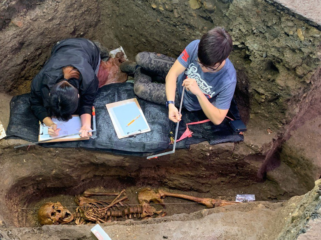 基隆市和平島西班牙修道院考古現場,昨日又挖掘到遺駭,這已是今年第10具遺駭,可清...