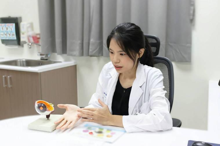 眼科醫師楊舒雲提醒學童點散瞳劑,仍要養成運動、讓眼睛適當休息的習慣,才能避免近視...