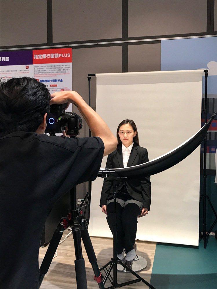 新光三越韓國展引進韓國最夯的證件照服務。記者江佩君/攝影