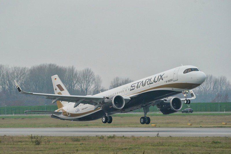 德國漢堡時間12月19日晚間7時45分,星宇航空第二架 A321neo正式交機,星宇航空董事長張國煒再度親赴Airbus漢堡廠接回機身編號B-58202的二號機,並於當地時間20日上午9時親自駕駛回台。圖/星宇航空提供