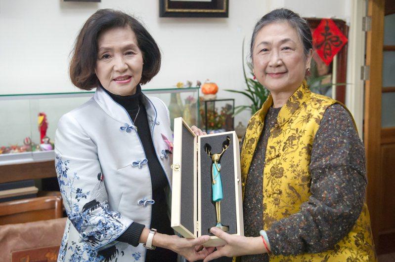 陳惠美(右)是宜蘭縣第一位獲得「人間國寶」殊榮的藝師,她今年70大壽,獲「人間國寶」肯定,無疑是意義非凡生日禮物,縣長林姿妙今天就專程拜訪祝賀。圖/宜蘭縣政府提供