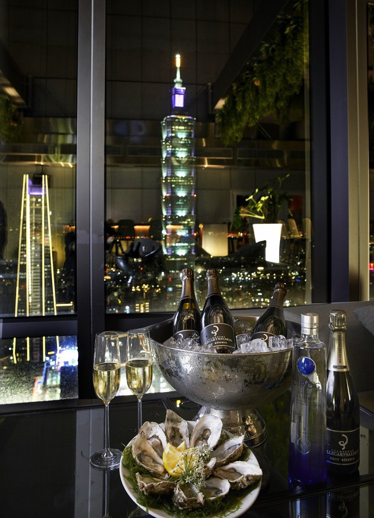 微風信義CHEFS CLUB推出高空跨年套餐及夜景派對。圖/微風提供