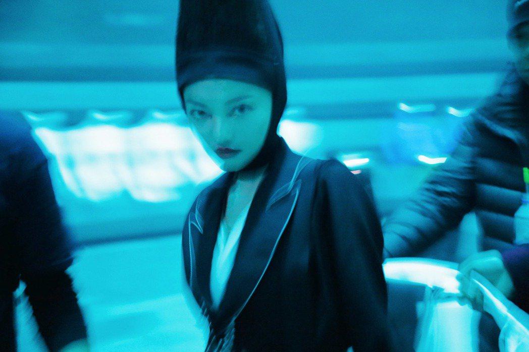 張韶涵新單曲「引路的風箏」打頭陣,MV走「暗黑科技童話」風格。圖/心喜文化提供