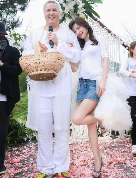 林瑞陽一身白(左)被誤認是張庭的奶奶。圖/摘自微博