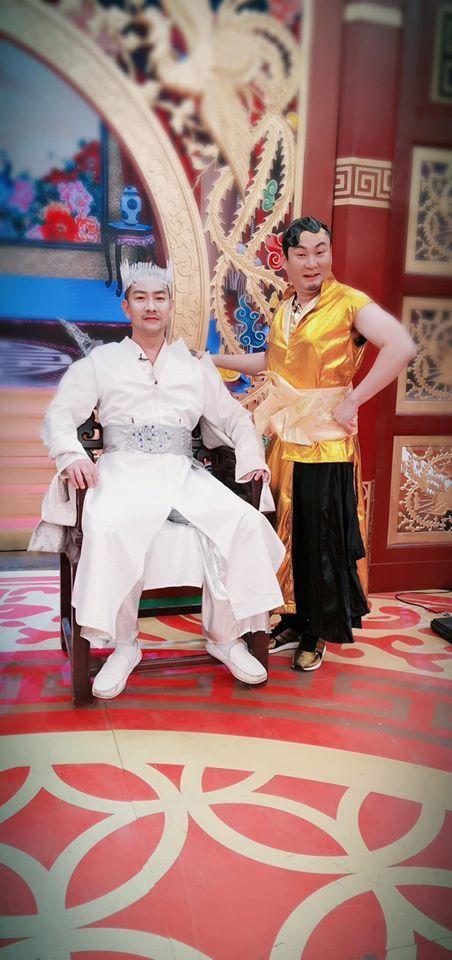 江俊翰(左)、紅毛錄製過年特別節目,十分搞笑。圖/摘自臉書