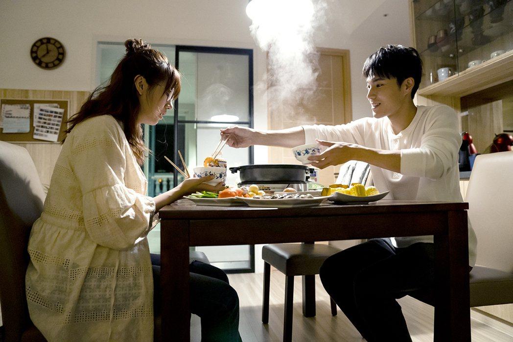 唐振剛(右)趁吃火鍋時向方志友告白。圖/TVBS提供