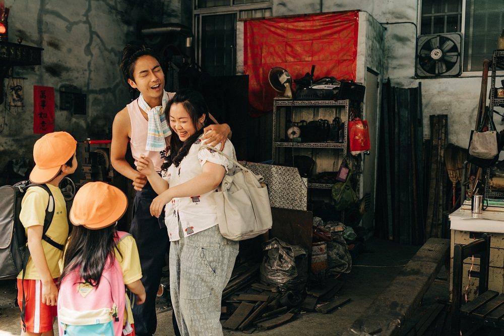 大鶴在劇中飾演有兩個孩子的爸爸。圖/客台提供