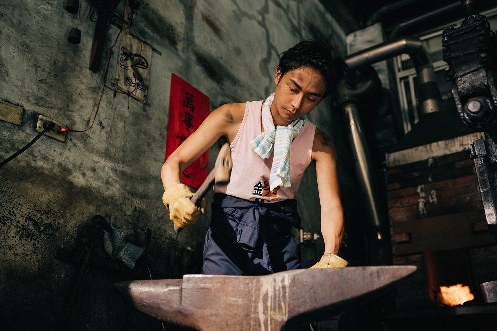大鶴在劇中飾演打鐵舖傳人。圖/客台提供