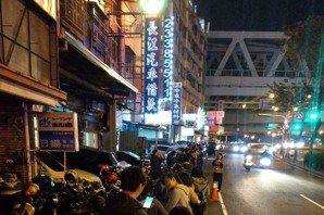 抗韓戰將今晚台中發放<u>罷韓</u>貼紙約600人排隊領取
