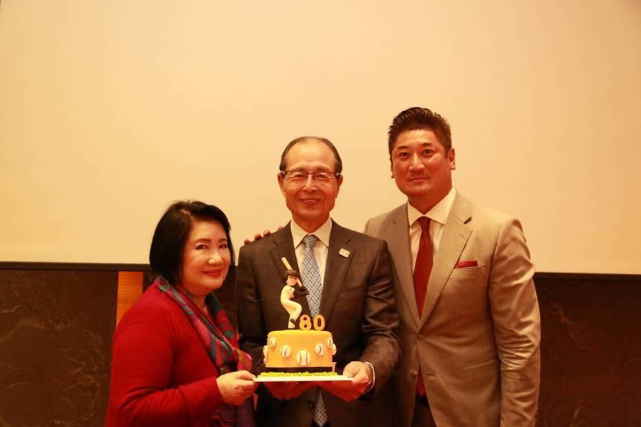 中華棒球協會理事長辜仲諒(右)和母親辜林瑞慧(左)、王貞治兩位壽星合影。圖/中華棒球協會提供