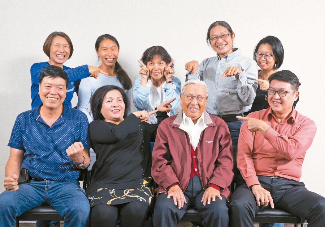 94歲郭老爹全家合照。 圖/季相儒攝影