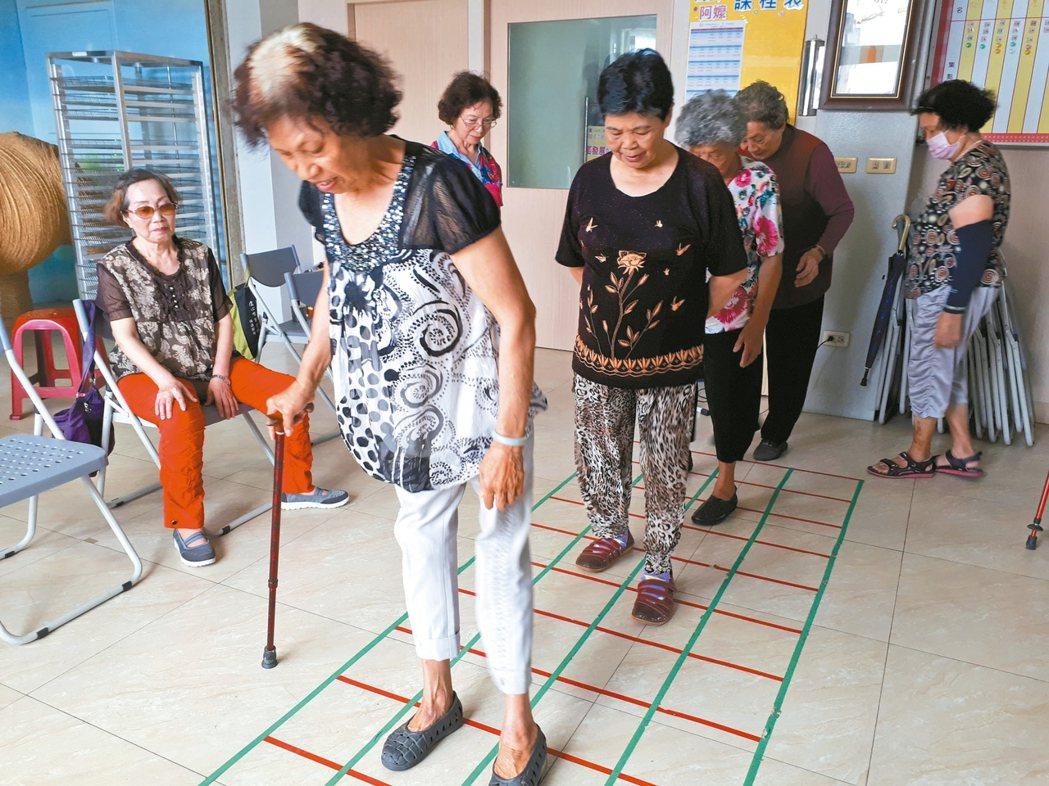日本方塊踏步,訓練腦部與腳的協調。 圖/彰化南佃社區發展協會提供