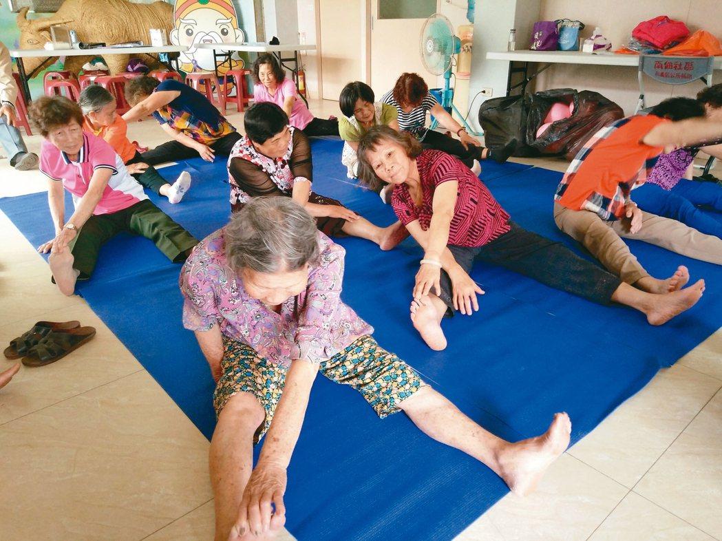 每周固定的體適能時間,90多歲的阿嬤筋骨依然軟Q。 圖/彰化南佃社區發展協會提供