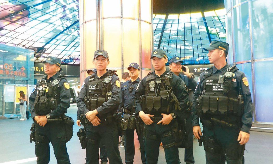 挺韓、罷韓遊行今高雄登場,警方在高捷美麗島站等地警戒維安。 記者林保光/攝影