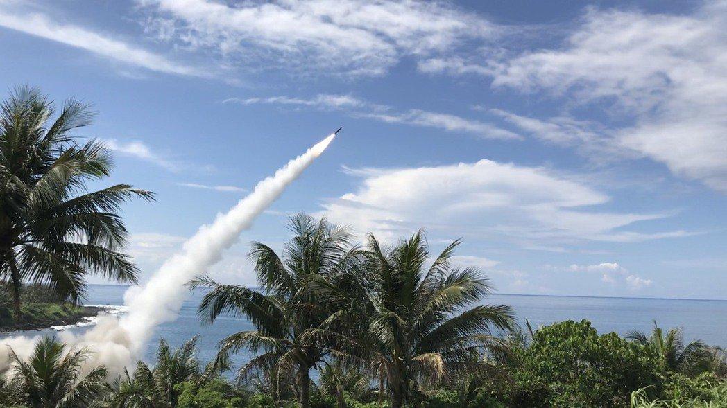 國軍去年在台東成功鎮基翬漁港附近試射天弓飛彈。 圖/聯合報系資料照片