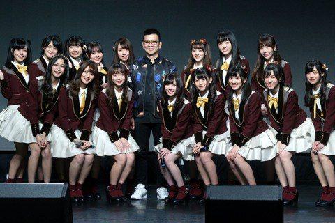 女團「AKB48 Team TP」邁入第2年,21日辦第3張單曲「看見夕陽了嗎?」發片記者會,自2500名中脫穎而出的8名二期生正式亮相,此外最令人驚喜的是19歲成員邱品涵將代表團體參與第70屆日本...