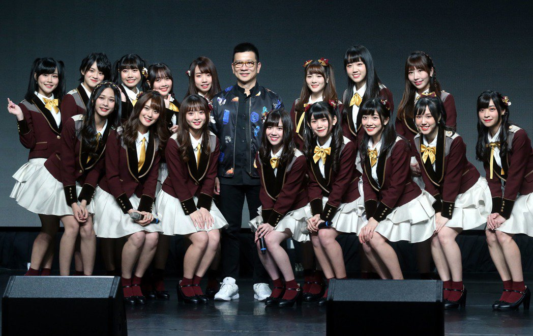 AKB48 Team TP第3張單曲「看見夕陽了嗎?」發布會上,與大家長陳子鴻合