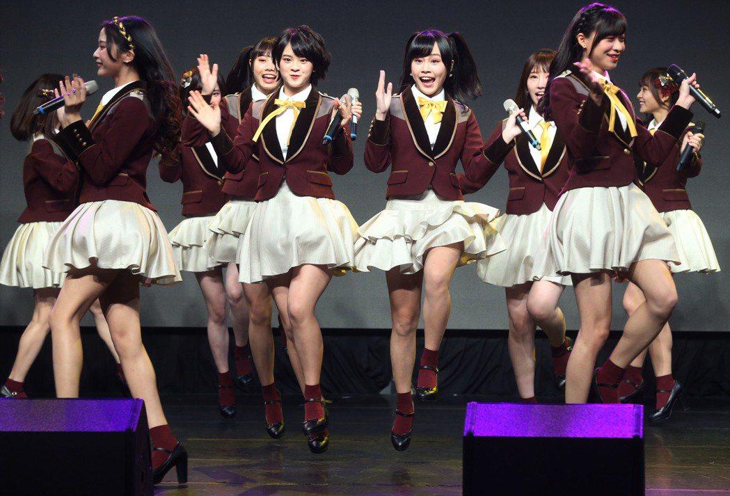 AKB48 Team TP第3張單曲「看見夕陽了嗎?」發布會上,青春活潑的團員現...