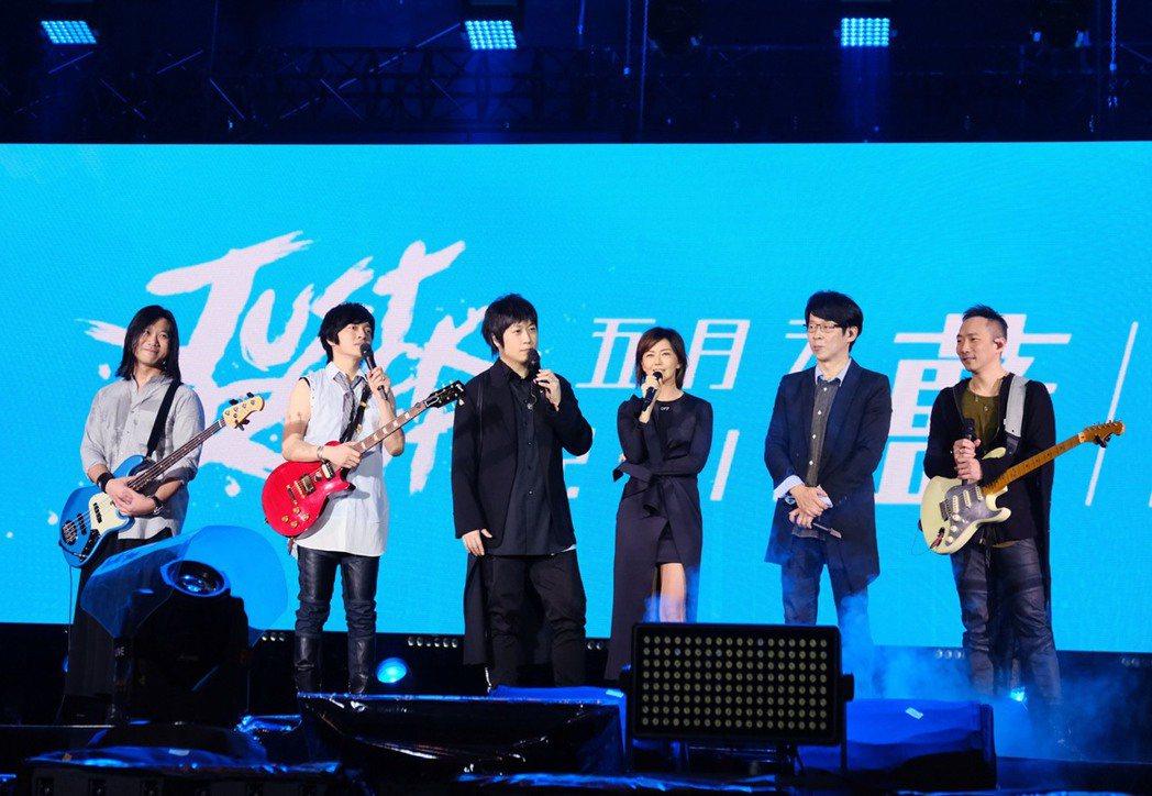 孫燕姿(右三)第一次擔任五月天的演唱會嘉賓。 圖/相信提供