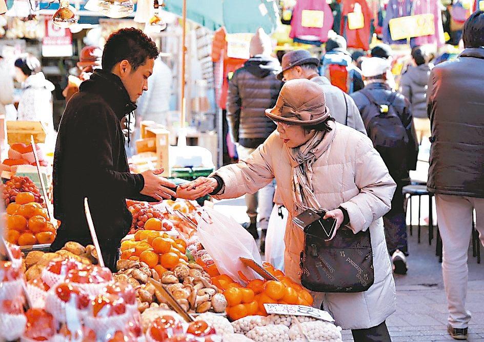 在日本政府上調消費稅後,11月核心消費者物價指數(CPI)連續第二個月攀升,預料...