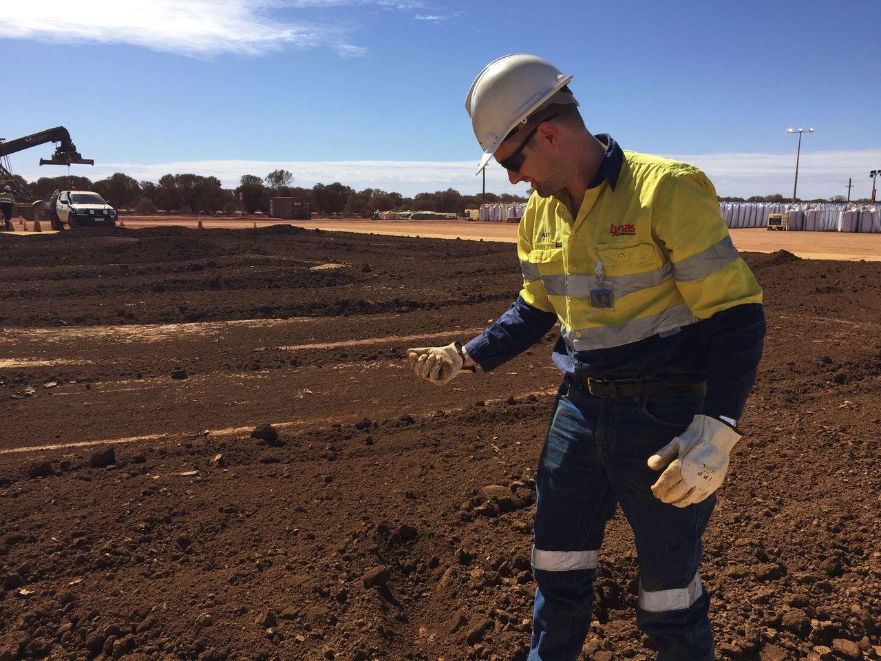 澳洲礦商萊納斯是中國以外唯一的主要稀土生產商,圖為萊納斯員工揀視送往馬來西亞處理...